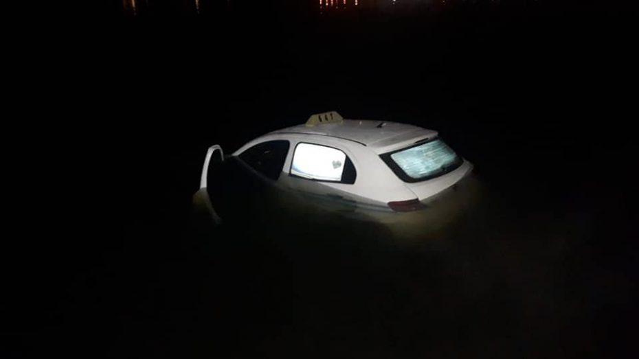 Un taxi cayó al lago Potrero de los Funes