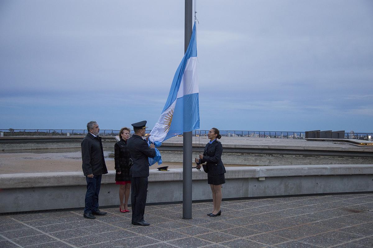 Amanecer patriótico en Terrazas del Portezuelo