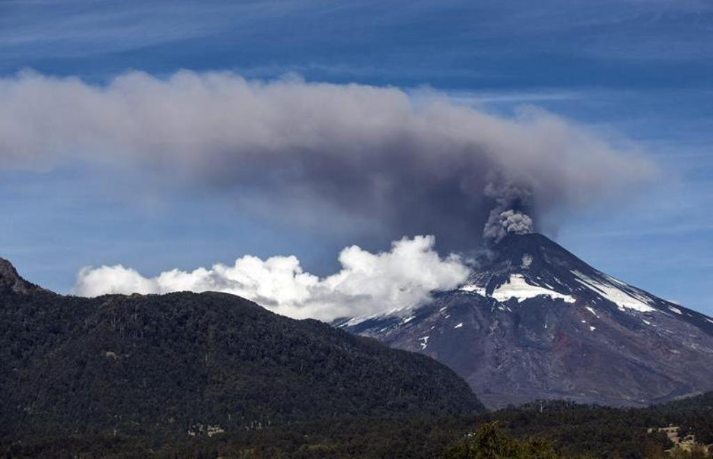 Alerta naranja por el volcán Villarica en Chile